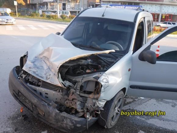 Boyabat'ta Kavşakta Trafik Kazası 3 Yaralı